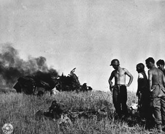 巴顿亲临前线指挥美军奋力反击,海军也用猛烈的炮火轰击德军坦克.