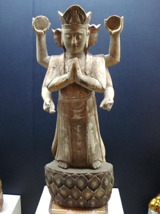 明代木雕六臂观音像