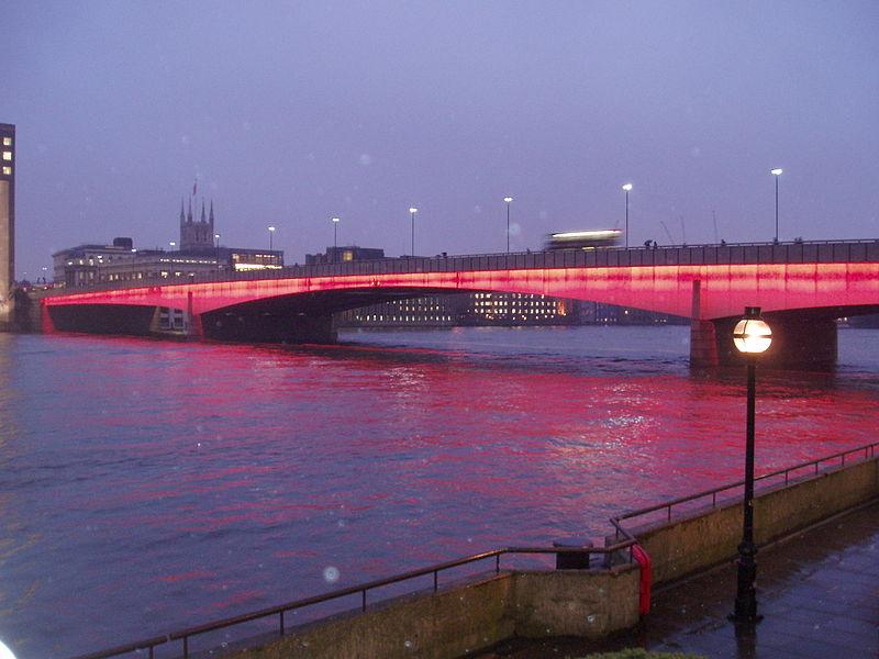 西侧;著名的伦敦塔桥位于