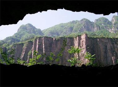 郭亮地处辉县万仙山风景区,周围有很多溶洞,有红龙洞,白龙洞,黄龙洞
