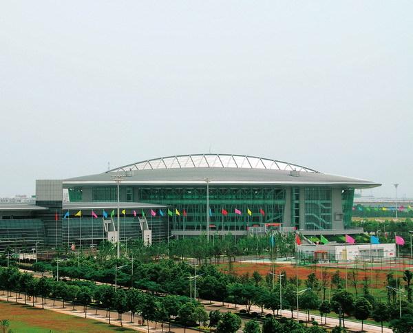 体育馆地上五层,建筑物檐口高27.70m,平面为椭圆形.