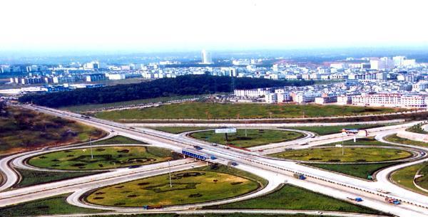 沿机场西线南侧设机场连接线至规划的机场西门
