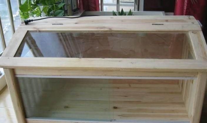 材质主要有木质,玻璃