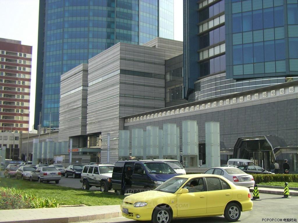 软化了支撑大楼的钢筋骨架,最终导致世贸中心大楼在自身重力的作用下