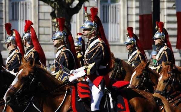 13,14日晚上,狂欢的人群纷纷拥向街头,脖子上围着红,白,蓝三色彩带