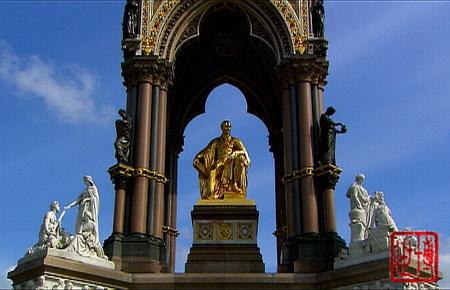 阿尔伯特亲王纪念碑,他右手拿的书册封面是水晶宫