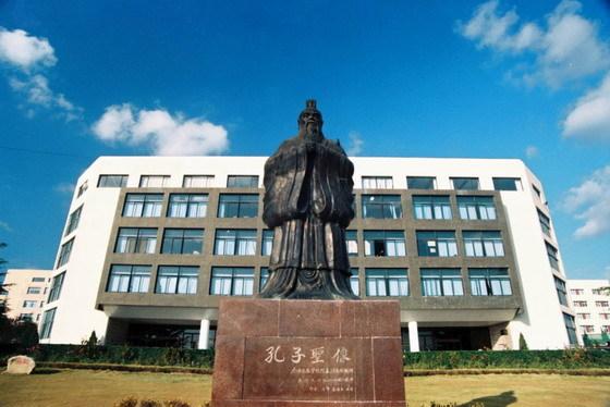青岛大学孔子像