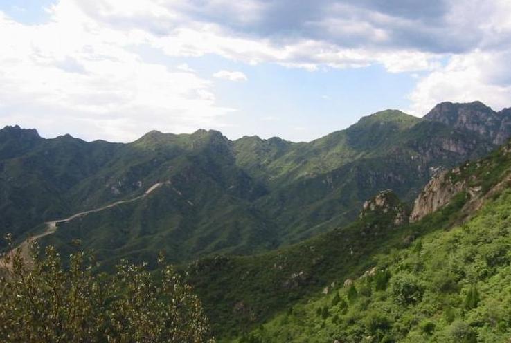 编辑本段十九峰   苍山共有雄峙嵯峨的十九峰,山顶上终年积雪,被称为
