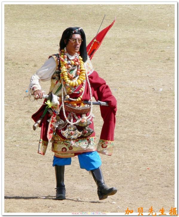 藏袍是藏族的主要服装款式,种类很多,从衣服质地上可分锦缎,皮面